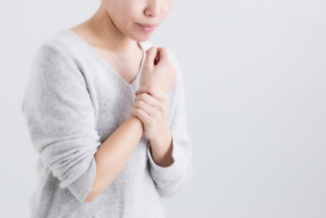 腱鞘炎のつらい症状に悩む女性