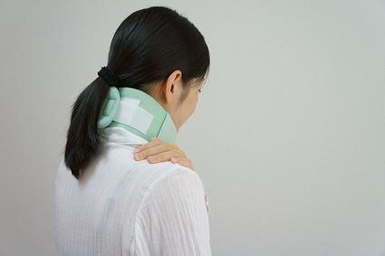 事故の衝撃など首に大きな負担がかかることも原因です