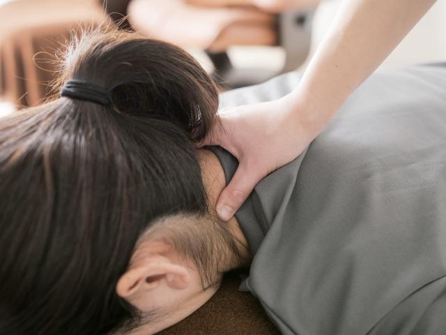 背骨や骨盤への施術で首こりを改善