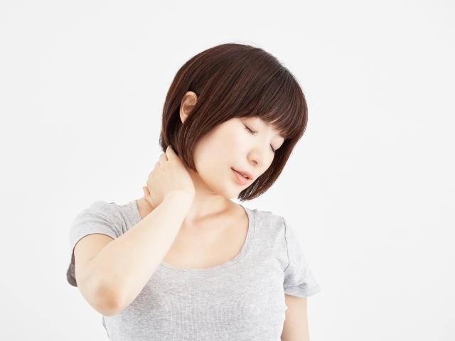 ストレートネックの辛い症状に悩む女性